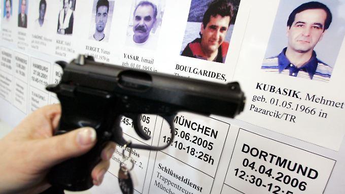 Im April 2006 präsentiert die Dortmunder Polizei eine mit der Mordwaffe baugleiche Pistole. Damals dachte niemand daran, dass die Mörder Neonazis sein könnten.