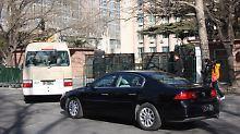 Die US-Delegation fährt auf das Gelände des nordkoreanischen Botschaft in Peking. Hier finden die Gespräche statt.
