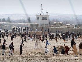 Aufgebrachte Afghanen vor dem US-Stützpunkt Mehterlam, ebenfalls östlich von Kabul.