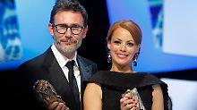 """Michel Hazanavicius und Bérénice Bejo mit ihrem César für """"The Artist""""."""
