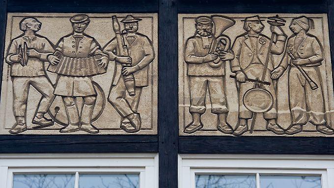 Verzierungen an einem sanierten Wohnhaus aus DDR-Zeiten in Eisenhüttenstadt.