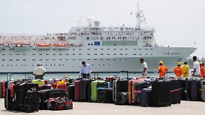 """Erleichterung auf den Seychellen: Passagiere verlassen """"Costa Allegra"""""""