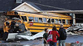 In Henryville wird ein Schulbus in ein Haus gedrückt.