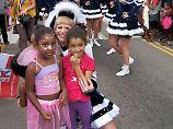 Viele Kinder wollten sich  beim Karnevalsumzug mit der Tanzgarde der Landeshauptstadt Düsseldorf fotografieren lassen.