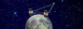 """Die Illustration zeigt, wie die beiden """"Grail""""-Sonden am Mond arbeiten."""