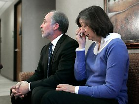 Die Mutter von Jennifer Strange mit ihrem Anwalt im Januar 2007 im Gericht von Sacramento.