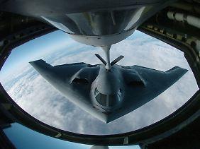 Könnte womöglich unbemerkt in den iranischen Luftraum eindringen und dank Luftbetankung sicher wieder bis nach Hause fliegen: Der Tarnkappenbomber B-2.