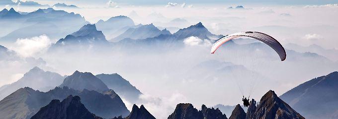 Gleitschirm über den Alpen.