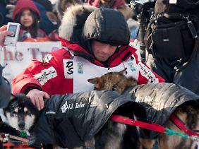 Seavey mit seinen Hunden im Ziel.