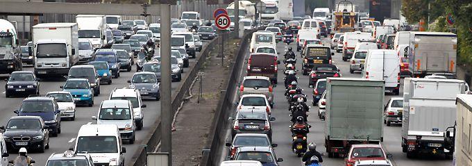 Französischer Verkehr und der Alltag auf Pariser Straßen.