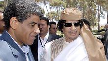 Senussi an der Seite Gaddafis auf einem undatierten Foto.