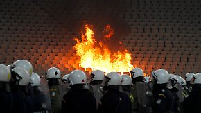 Krawalle im Athener Olympia-Stadion: Hooligans setzen Tribüne in Brand