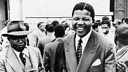 Zusammen mit seinem Weggefährten Oliver Tambo gründet er die Jugendliga des African National Congress (ANC) und eröffnet Südafrikas erste Kanzlei schwarzer Anwälte.