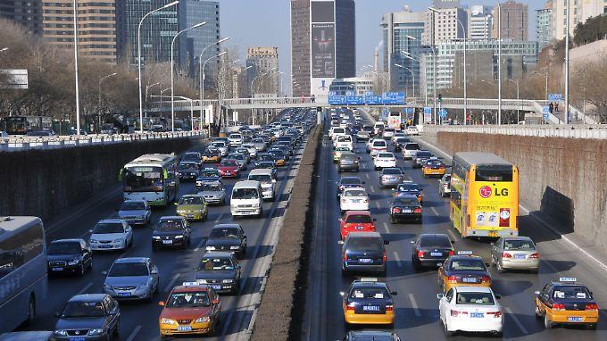 Täglich kamen bis zum vergangenen Jahr 2000 neue Autos auf Pekings verstopfte Straßen. 2011 begrenzte die Stadt erstmals die Neuzulassungen.