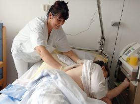 In Pflegeberufen arbeiten mehr Frauen als Männer.