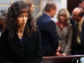 Lisa Nowak im Gerichtssaal. Die blonde Dame im Hintergrund ist Colleen Shipman.