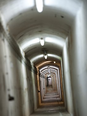 Ein langer Gang zieht sich durch den Bunker.