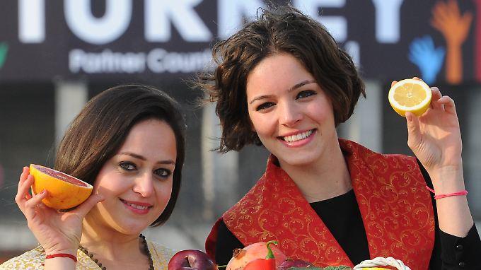 Auch Lebensmittel werden aus der Türkei importiert. Hier zwei türkische Hostessen bei der Fruit Logistoca in Berlin. Die Türkei war 2012 das Partnerland der Leitmesse.
