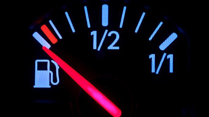Leerer Tank: Pünktlich zu Ostern beschäftigt das Benzinthema Autofahrer, Ölkonzerne und Wettbewerbshüter.