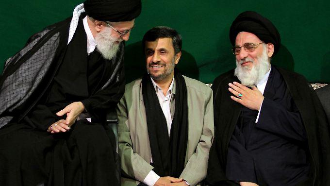 Khamenei, Ahmadineschad und Shahroudi (v.l.): Das Regime in Teheran steht hinter der syrischen Regierung.