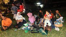 Die Menschen in Banda Aceh kampieren diese Nacht lieber im Freien. Der Schreck war für sie groß, auch wenn es keine Schäden gab.