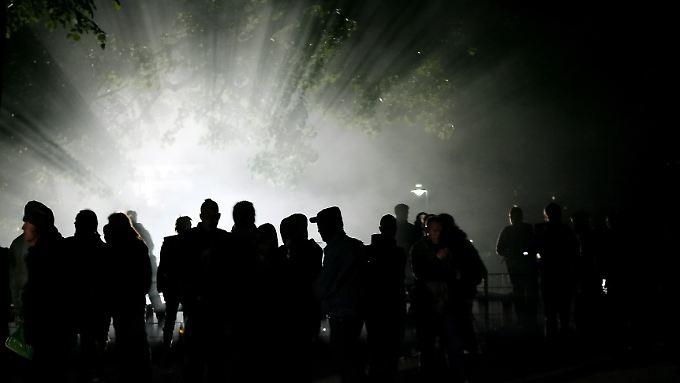 Demonstranten in der Walpurgisnacht in Berlin vor dem mobilen Flutlicht der Polizei (Archivfoto).