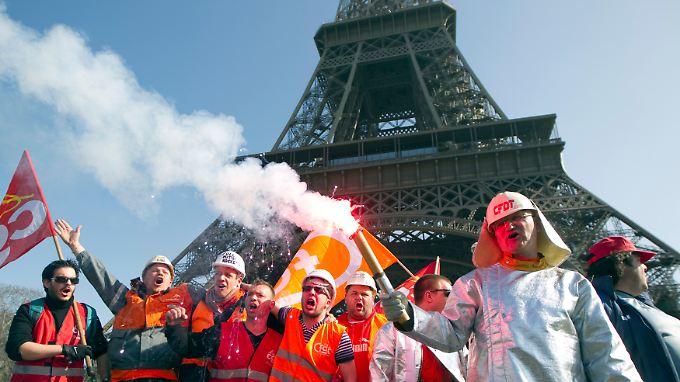 Protest von ArcelorMittal-Arbeitern vor dem Pariser Eiffelturm: Sinnbild für den Niedergang der französischen Industrie.
