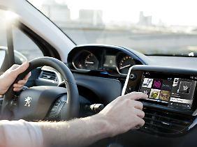 Großer Touchscreen mit eingebautem Lispel-Navi.
