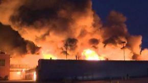 Riesige Rauchwolke über Berlin: Lagerhalle in Flughafennähe brennt