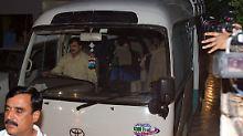 In einem Kleinbus wird die Familie zum Flughafen gebracht.