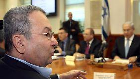 Ehud Barak (l.) am Kabinettstisch mit Benjamin Netanjahu (r.).