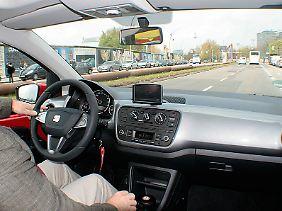 Schlicht und funktionell ist das Cockpit. Das Navi-System kostet 350 Euro