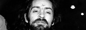 Während des über 200 Tage dauernden Verfahrens tätowiert sich Manson zunächst ein Kreuz auf die Stirn, das er später zu einem Hakenkreuz vervollständigt.