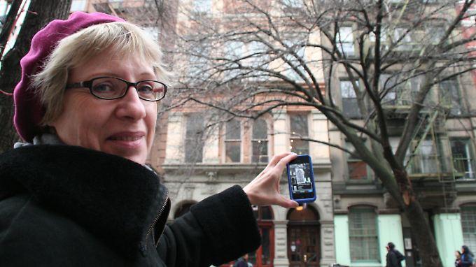 """Brigitte Doellgast, Bibliothekarin des Goethe-Institutes in New York, in einem Stadtteil, der einst als """"Kleindeutschland"""" bezeichnet wurde."""
