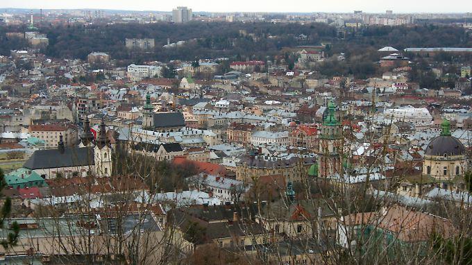 Kuppeln und Kirchen: In Lwiw können Touristen an vielen Stellen Gebäude aus früheren Jahrhunderten finden.