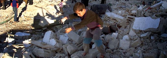 Ein palästinensischer Junge durchsucht die Trümmer des Hauses, in dem er lebte, bevor es von israelischen Bulldozern zerstört wurde.
