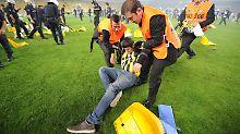 Hunderte Fenerbahce-Fans stürmten nach dem Abpfiff das Spielfeld.
