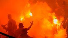 Relegationsspiel zweimal unterbrochen: Düsseldorf feiert Chaos-Aufstieg