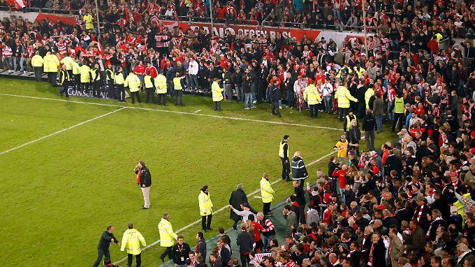 Fans auf dem Feld: Das DFB-Sportgericht muss darüber urteilen, ob das Relegationsrückspiel zwischen Fortuna Düsseldorf und Hertha BSC nach dem Platzsturm der Fortuna-Fans wiederholt wird.