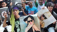 Mit Bildern ihres Idols demonstrieren Lady Gaga-Fans gegen das Konzertverbot.