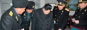 Machthaber Kim Jong Un inspiziert das Essen in einer Kaserne.