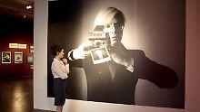 Vergrößerte Darstellung des Polaroid-Fotos von Oliviero Toscani, auf dem Andy Warhol zu sehen ist.