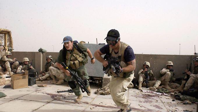 Mitarbeiter von Blackwater (im Vordergrund) nehmen 2004 an einem Feuergefecht in Najaf teil.