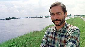 Platzeck im Sommer 1997 auf einem Deich bei Hohenwutzen.