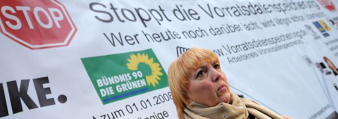 Claudia Roth, Bundesvorsitzende von Bündnis 90/Die Grünen, bei einer Protestaktion gegen Vorratsdatenspeicherung in Karlsruhe.