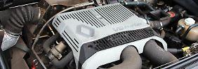 1995 wurde die Produktion des A610 eingestellt. Das war zugleich das Ende der Marke Alpine, deren Geschichte 1956 begann. Foto: Thomas GeigerDer Alpine A610 wiegt mehr als 1400 Kilogramm. Wohl deshalb fand er unter den puristisch orientierten Fans der Marke seinerzeit nicht sonderlich viele Käufer. Foto: Thomas GeigerStarker Wagen mit großem Platzangebot:Der A610 gilt - anders als vorherige Modelle der Rennsportmarke Alpine - als Gran Turismo. Foto: Thomas GeigerDas markante Heck mögen viele Fans am Alpine A610 besonders gern. Für gut erhaltene Exemplare zahlen Autoliebhaber heute um die 30 000 Euro. Foto: Thomas GeigerDen V6-Turbo im Alpine A610 haben Volvo, Peugeot und Citroën zusammen entwickelt. Der Motor schöpft aus 3,0 Litern Hubraum 184 kW/250 PS. Foto: Thomas Geiger