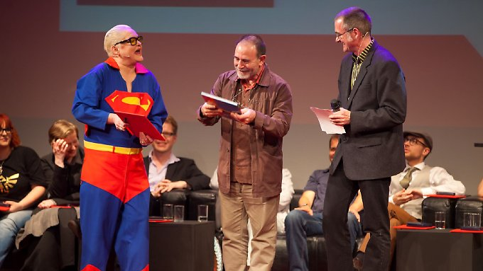 Superfrau Hella von Sinnen und Co-Moderator Christian Gasser (r.) mit Lebenswerk-Preisträger Mattotti,