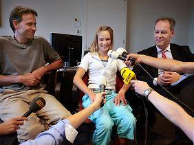 Laura Dekker im Sommer im Gericht von Utrecht. Links ihr Vater Dick Dekker, rechts ihr Anwalt Peter de Lange.