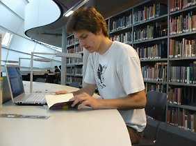 Philip in der Philologischen Bibiliothek.