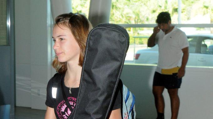 Laura Dekker fliegt vom Flughafen auf Sint Maarten wieder in ihre Heimat zurück.